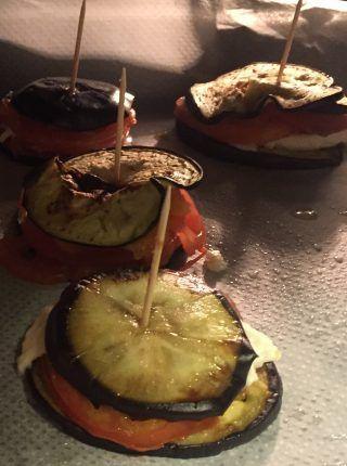 Montaditos de berenjena y tomate al horno